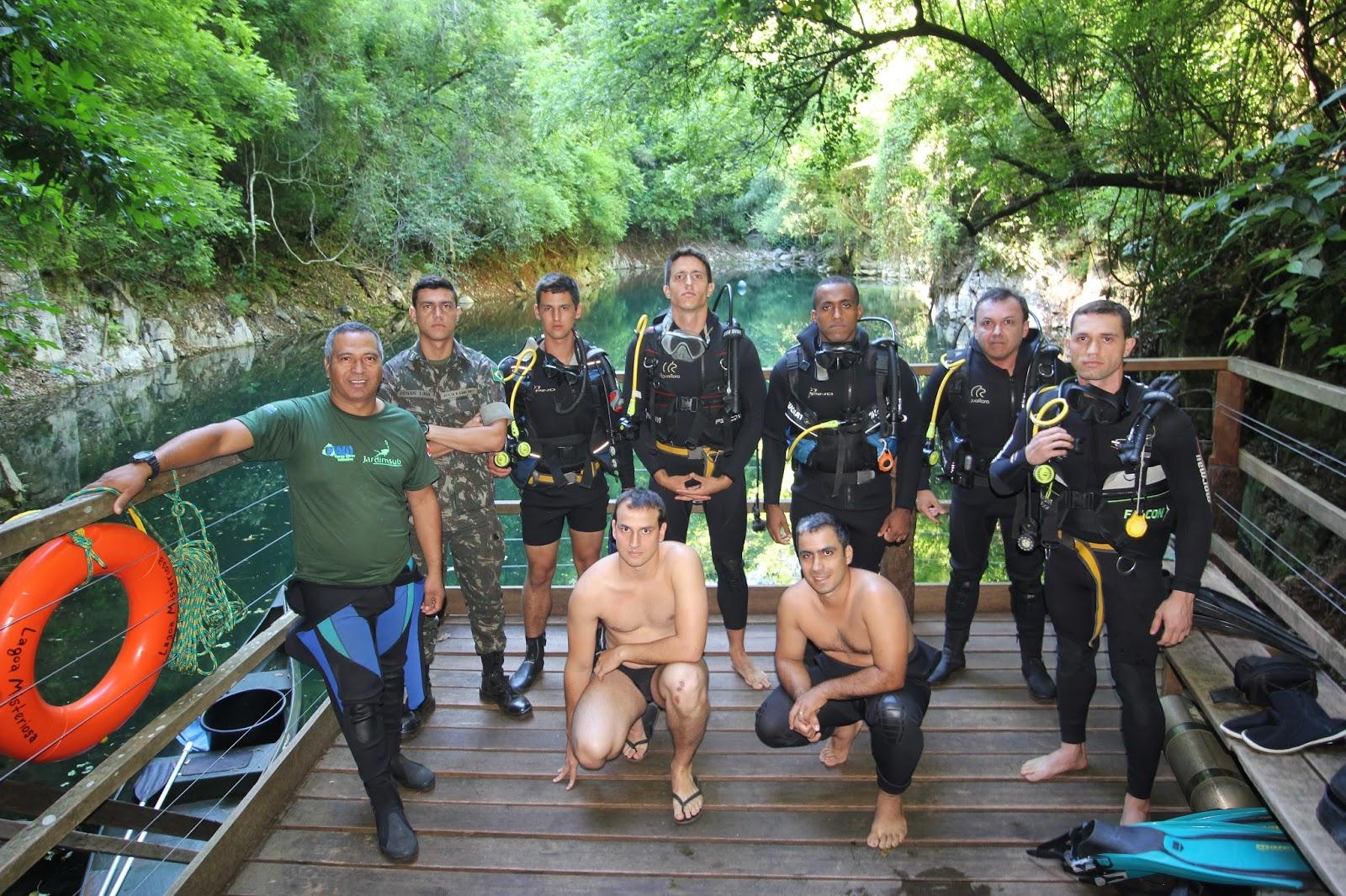 Militares mergulhadores realizam treinamento na Lagoa Misteriosa